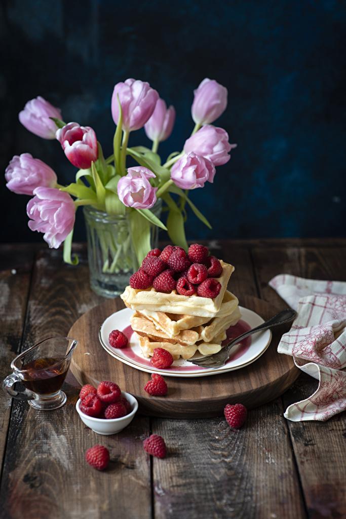Фотография Тюльпаны Цветы Малина Еда Тарелка Выпечка Доски Пища Продукты питания