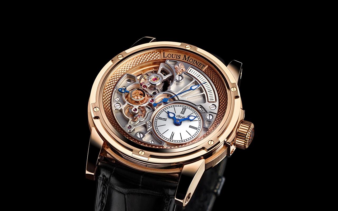 Фото Louis Moinet Наручные часы Часы вблизи Черный фон Крупным планом