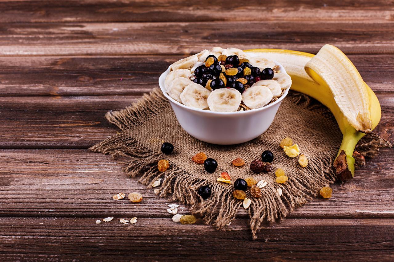 Обои для рабочего стола Изюм Бананы Еда Мюсли Ягоды Доски Пища Продукты питания