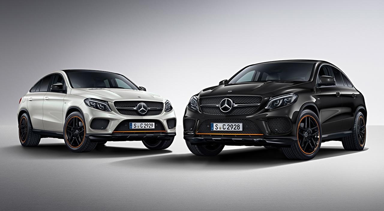 Фотографии Мерседес бенц Кроссовер GLE 350 d 4MATIC, Coupe, OrangeArt Edition, 2017 два Белый черная машина Серый фон Mercedes-Benz CUV 2 две Двое белая белые белых вдвоем Черный черные черных авто машины Автомобили автомобиль сером фоне