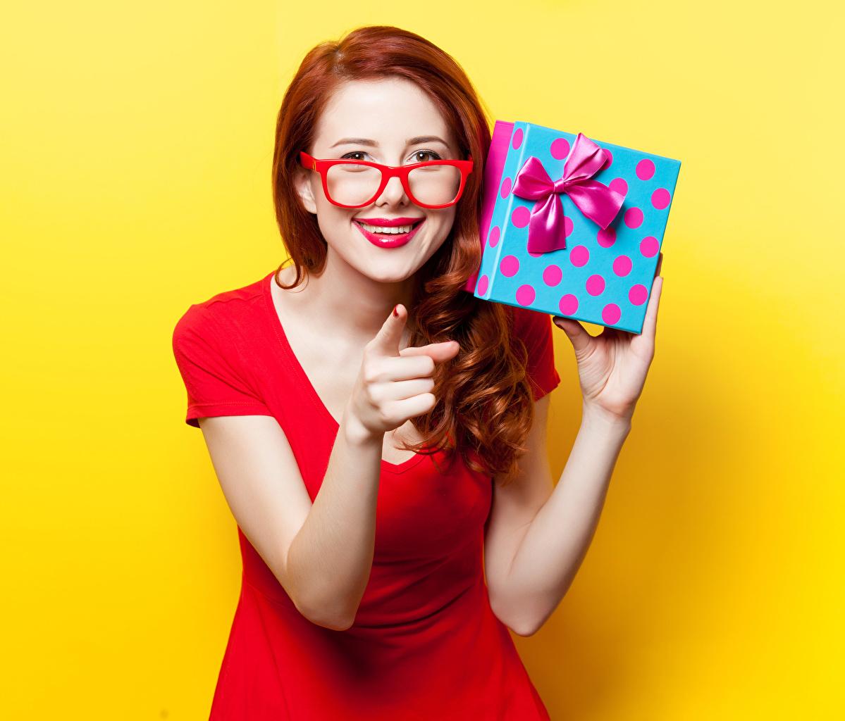 Фотография рыжие Жест Девушки подарок очков Пальцы Взгляд Красные губы Цветной фон Рыжая рыжих жесты девушка молодая женщина молодые женщины Подарки подарков Очки очках смотрят смотрит красными губами