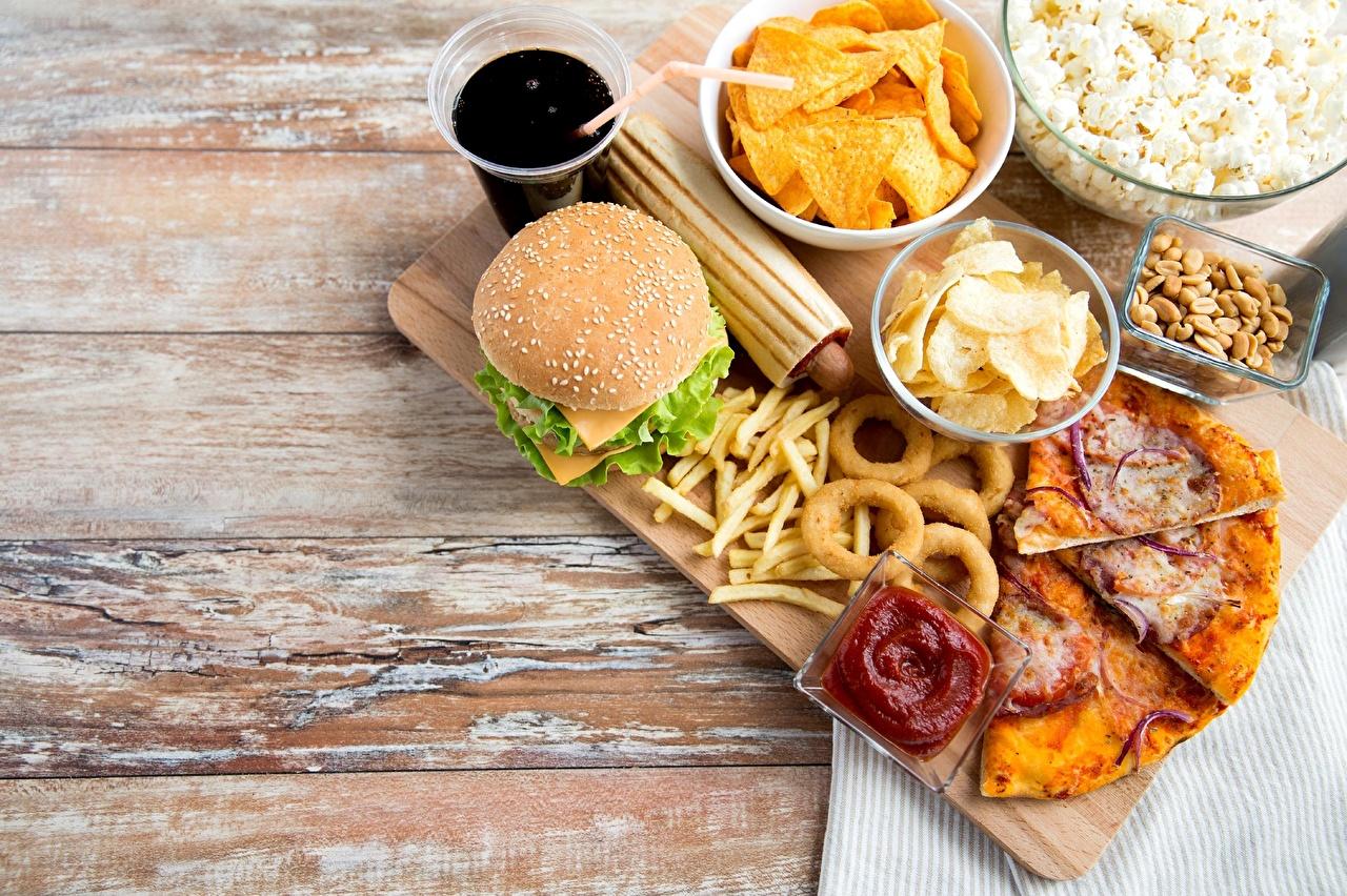 Фотографии Чипсы Пицца Гамбургер Фастфуд кетчупом Продукты питания Кетчуп кетчупа Быстрое питание Еда Пища