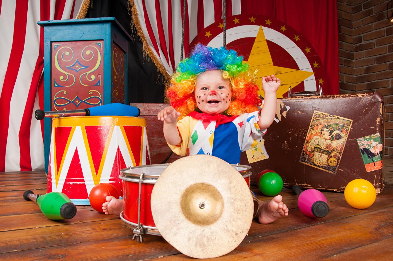 Фотографии мальчишки счастливые Клоун Ребёнок Униформа Игрушки мальчик Мальчики мальчишка Радость счастье Дети униформе