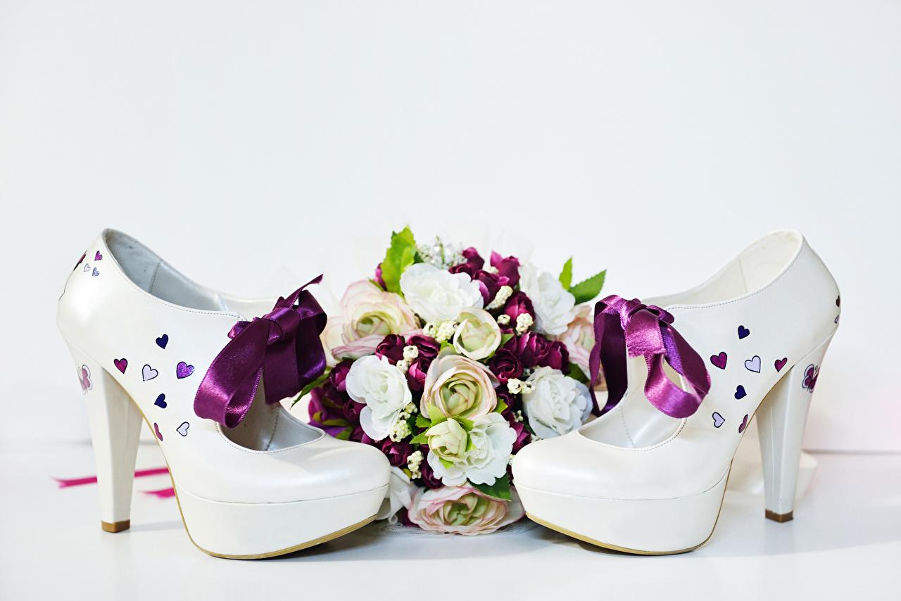 Картинки Букеты Розы Цветы Бантик Белый фон туфель бантики Туфли туфлях