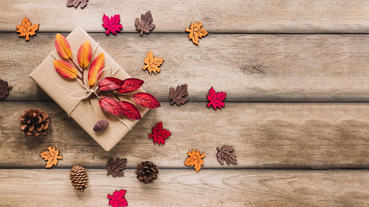 Обои для рабочего стола Листва Осень Природа Подарки Шишки Шаблон поздравительной открытки Доски лист Листья осенние подарок подарков шишка