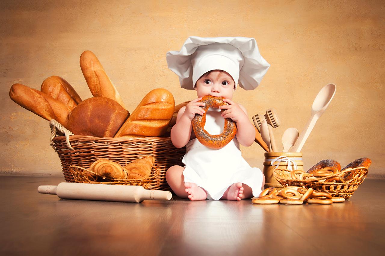 Фото Младенцы ребёнок шляпе Хлеб Корзинка повары сидящие Выпечка младенца младенец грудной ребёнок Дети Шляпа шляпы корзины Корзина сидя Сидит Повар повара