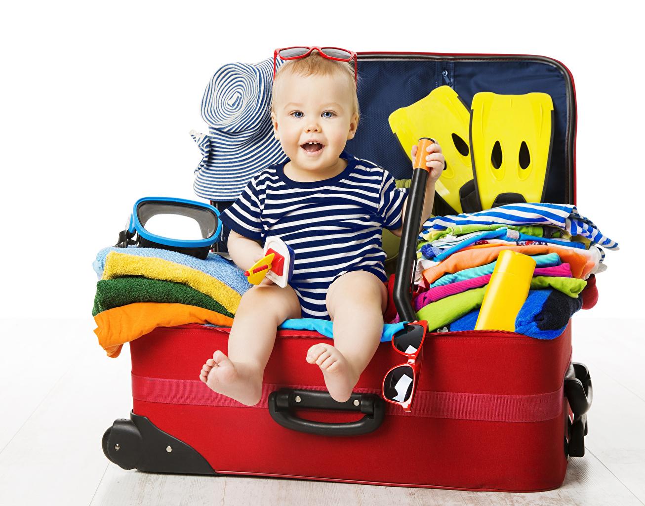 Фото Дети Туризм Чемодан Очки сидя белом фоне ребёнок чемоданы чемоданом очках очков Сидит сидящие Белый фон белым фоном