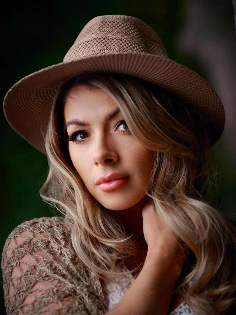 Фотографии блондинок лица шляпы Девушки рука Взгляд  для мобильного телефона блондинки Блондинка Лицо Шляпа шляпе девушка молодая женщина молодые женщины Руки смотрит смотрят