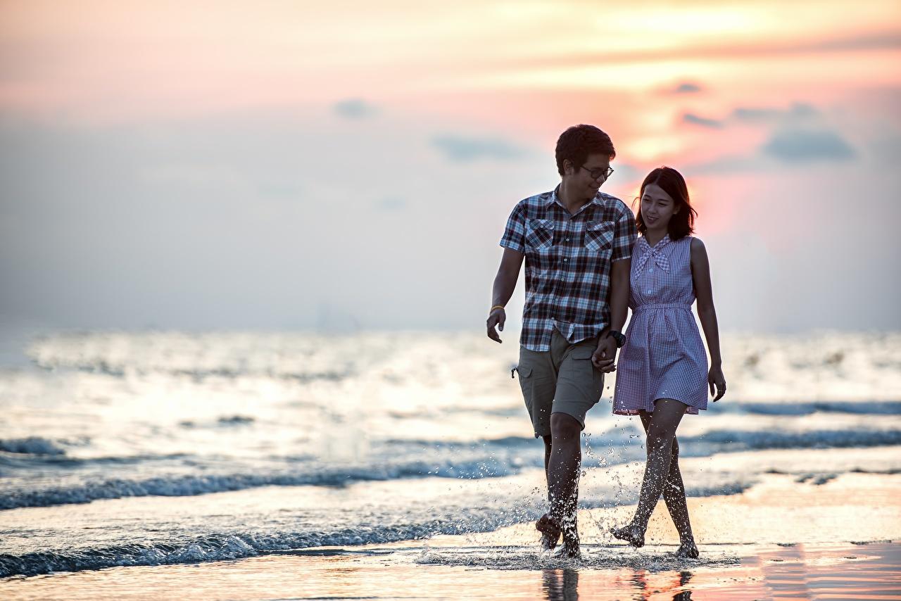Картинки Свидание Мужчины Влюбленные пары Пляж Море Двое Девушки Прогулка Азиаты Брызги Очки