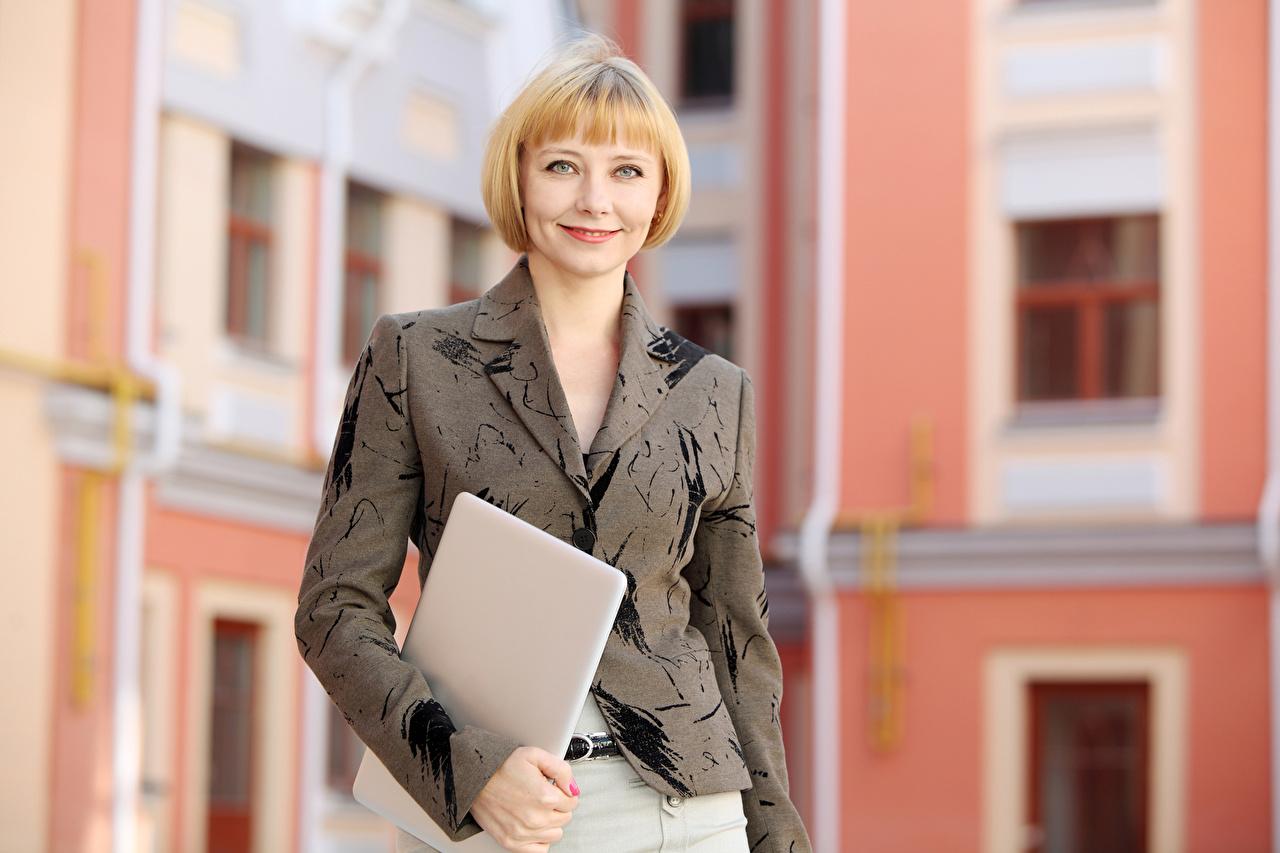 Фотографии блондинки улыбается молодые женщины Костюм Взгляд блондинок Блондинка Улыбка девушка Девушки молодая женщина костюме костюма классический костюм смотрят смотрит