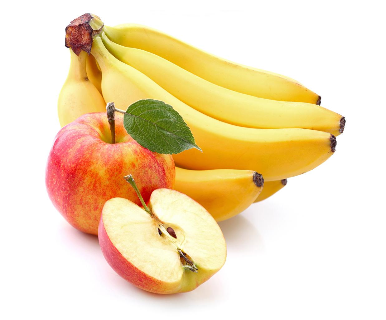 Фотографии Яблоки Бананы Фрукты Продукты питания белым фоном Крупным планом Еда Пища вблизи Белый фон белом фоне