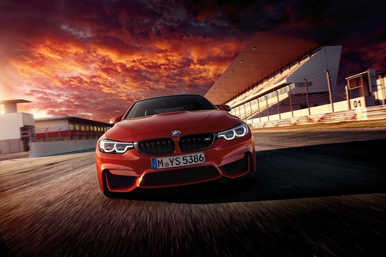 Картинки BMW F82 Купе красная едет авто Спереди БМВ Красный красные красных едущий едущая скорость Движение машина машины Автомобили автомобиль