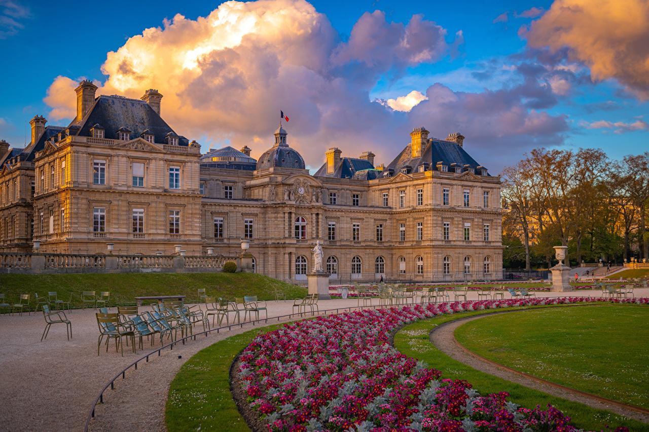 Обои для рабочего стола Париж дворца Франция Luxembourg Palace and Gardens Газон Дома город Облака париже Дворец газоне Здания облако Города облачно