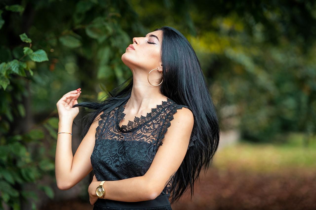 Картинки Брюнетка боке Поза волос Девушки Руки брюнеток брюнетки Размытый фон позирует Волосы девушка молодые женщины молодая женщина рука