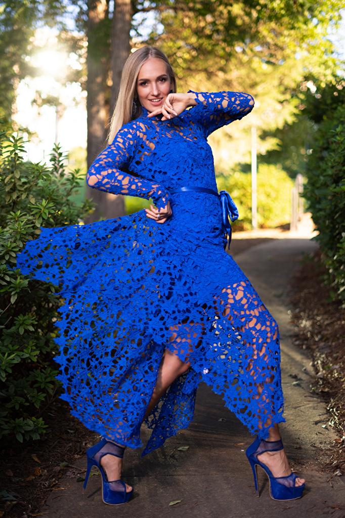 Картинки Olga Clevenger Блондинка фотомодель улыбается позирует девушка смотрит платья  для мобильного телефона блондинки блондинок Модель Улыбка Поза Девушки молодая женщина молодые женщины Взгляд смотрят Платье