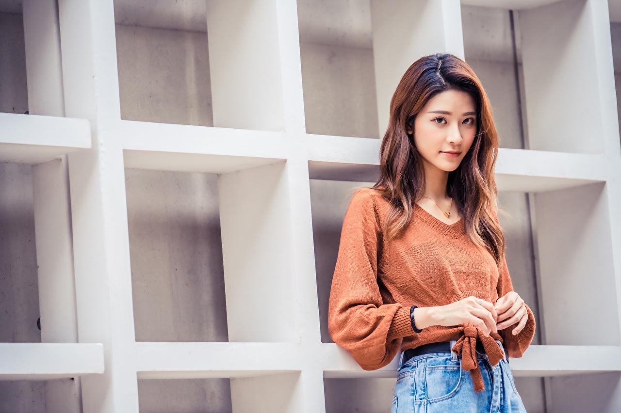 Фотографии Девушки азиатка свитере Руки Взгляд девушка молодая женщина молодые женщины Свитер Азиаты азиатки свитера рука смотрит смотрят