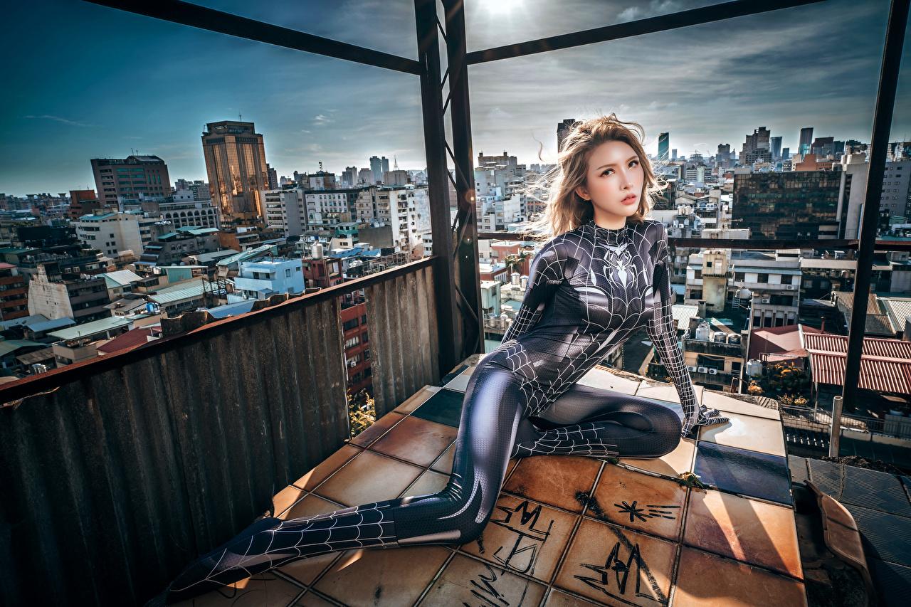 Картинки Латекс spider woman Девушки азиатка сидя Взгляд в латексе девушка молодая женщина молодые женщины Азиаты азиатки Сидит сидящие смотрит смотрят