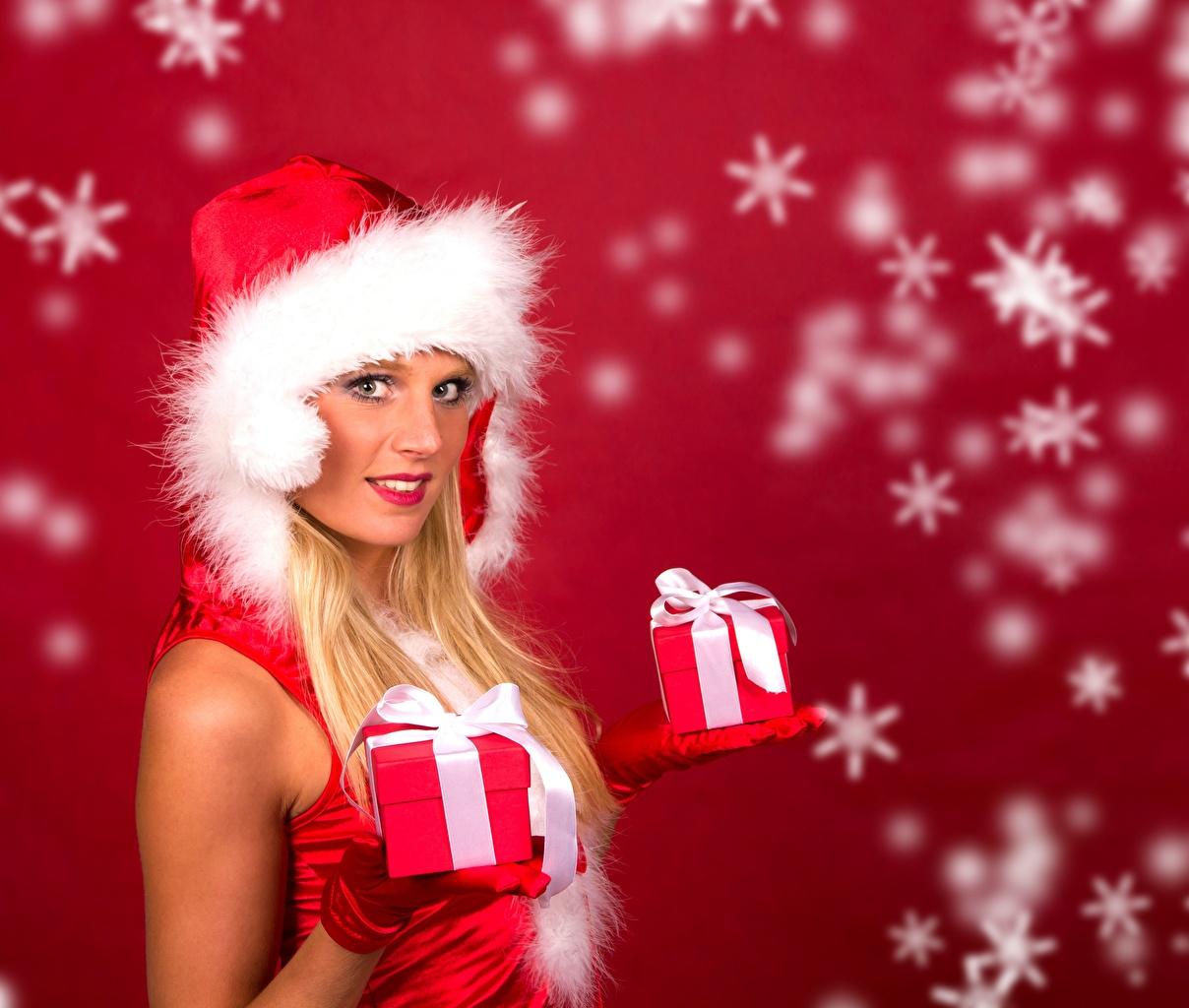 Фотография Новый год Блондинка Шапки Девушки Снежинки Подарки Бантик смотрит Рождество Взгляд