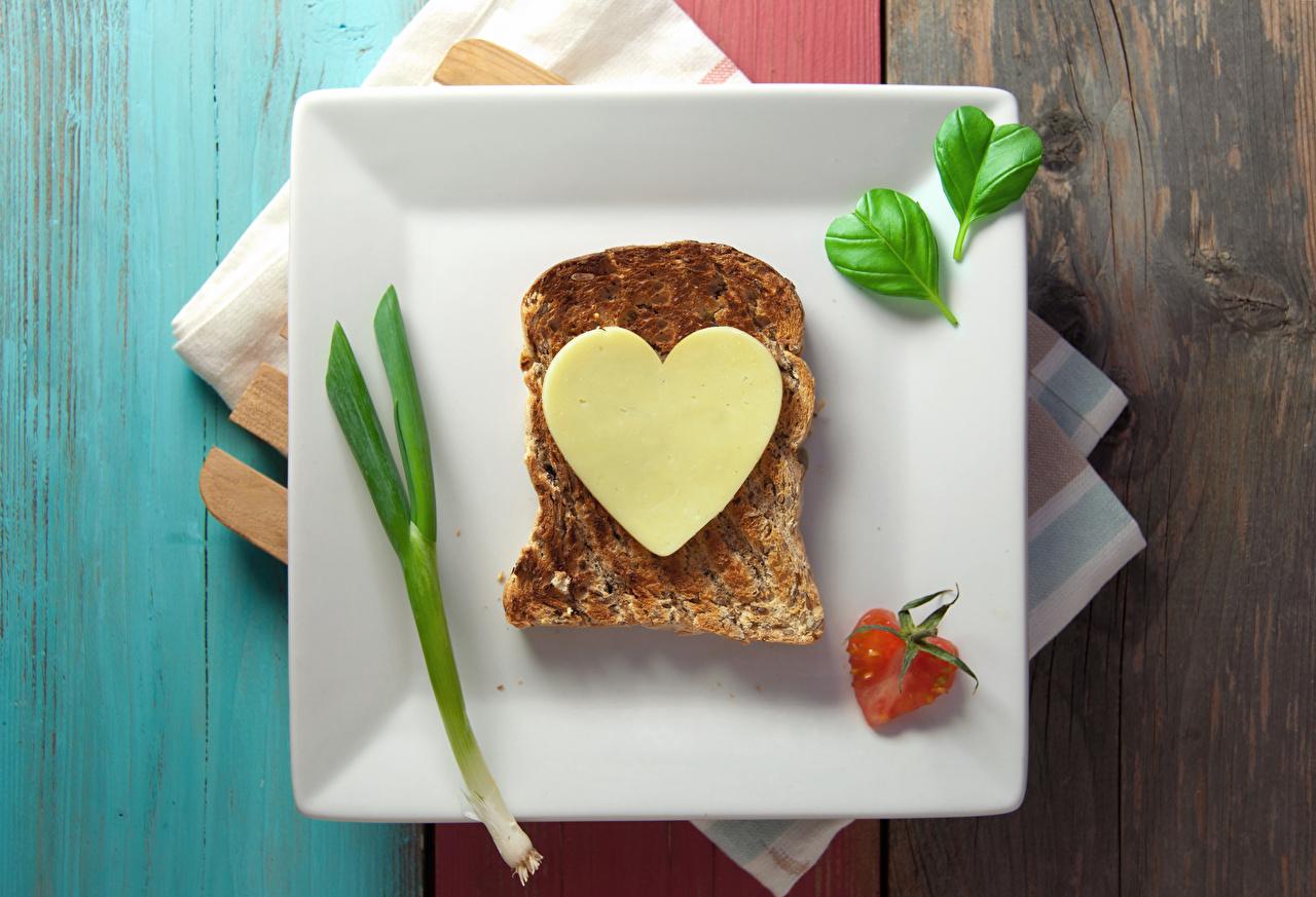 Фотографии День всех влюблённых сердечко Сыры Хлеб Бутерброды Еда Тарелка День святого Валентина Сердце Пища Продукты питания