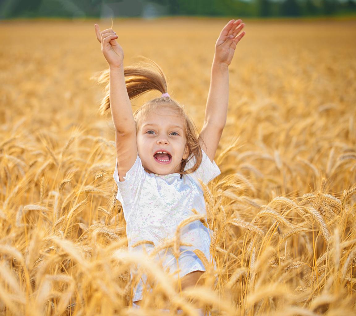 Картинка Девочки счастье Ребёнок Поля Руки Радость счастливые Дети