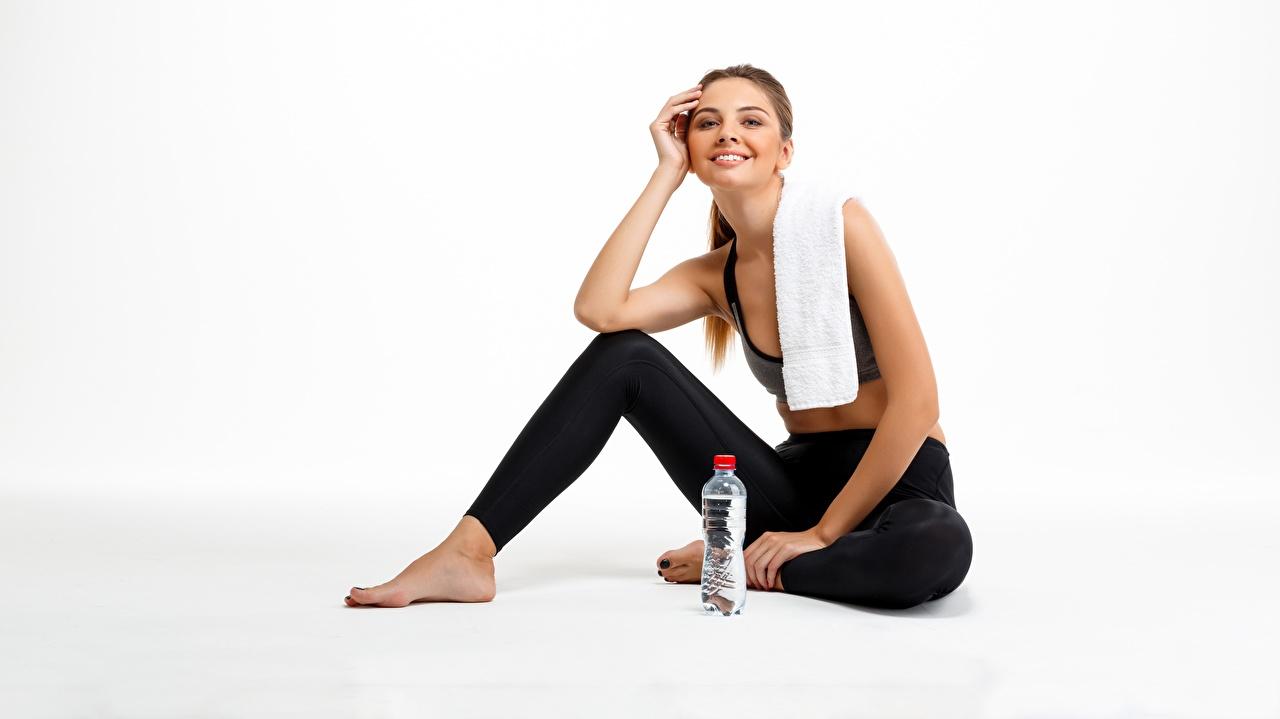 Фотография Улыбка Фитнес Спорт Девушки Бутылка сидящие Полотенце Взгляд улыбается девушка спортивные спортивный спортивная молодые женщины молодая женщина сидя Сидит бутылки смотрят смотрит