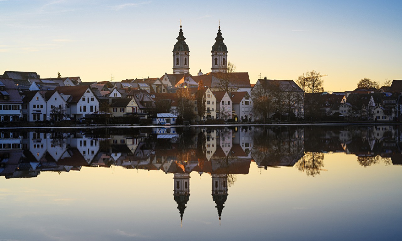 Картинка Церковь Германия Bad Waldsee Озеро отражается Дома город отражении Отражение Здания Города