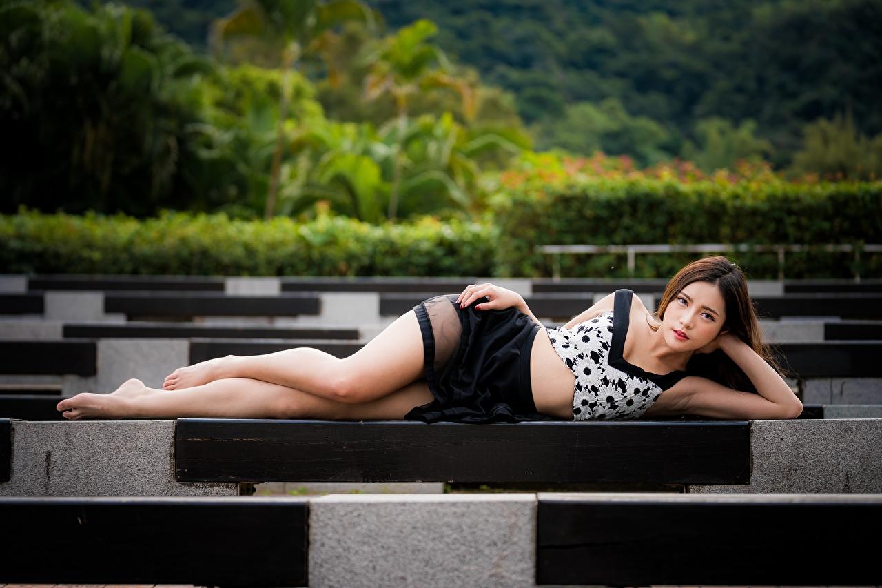 Обои для рабочего стола Шатенка лежат позирует девушка ног азиатки шатенки лежа Лежит лежачие Поза Девушки молодые женщины молодая женщина Ноги Азиаты