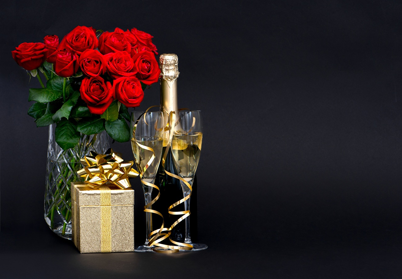 Картинка букет Розы Шампанское Цветы подарок коробки Пища бант бокал Черный фон Букеты роза Игристое вино цветок Подарки Коробка коробке подарков Еда Бокалы Бантик бантики Продукты питания на черном фоне