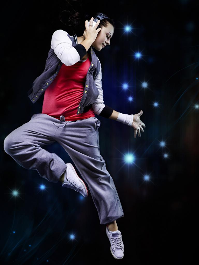 Фото Наушники Танцы Девушки Прыжок Руки Танцует