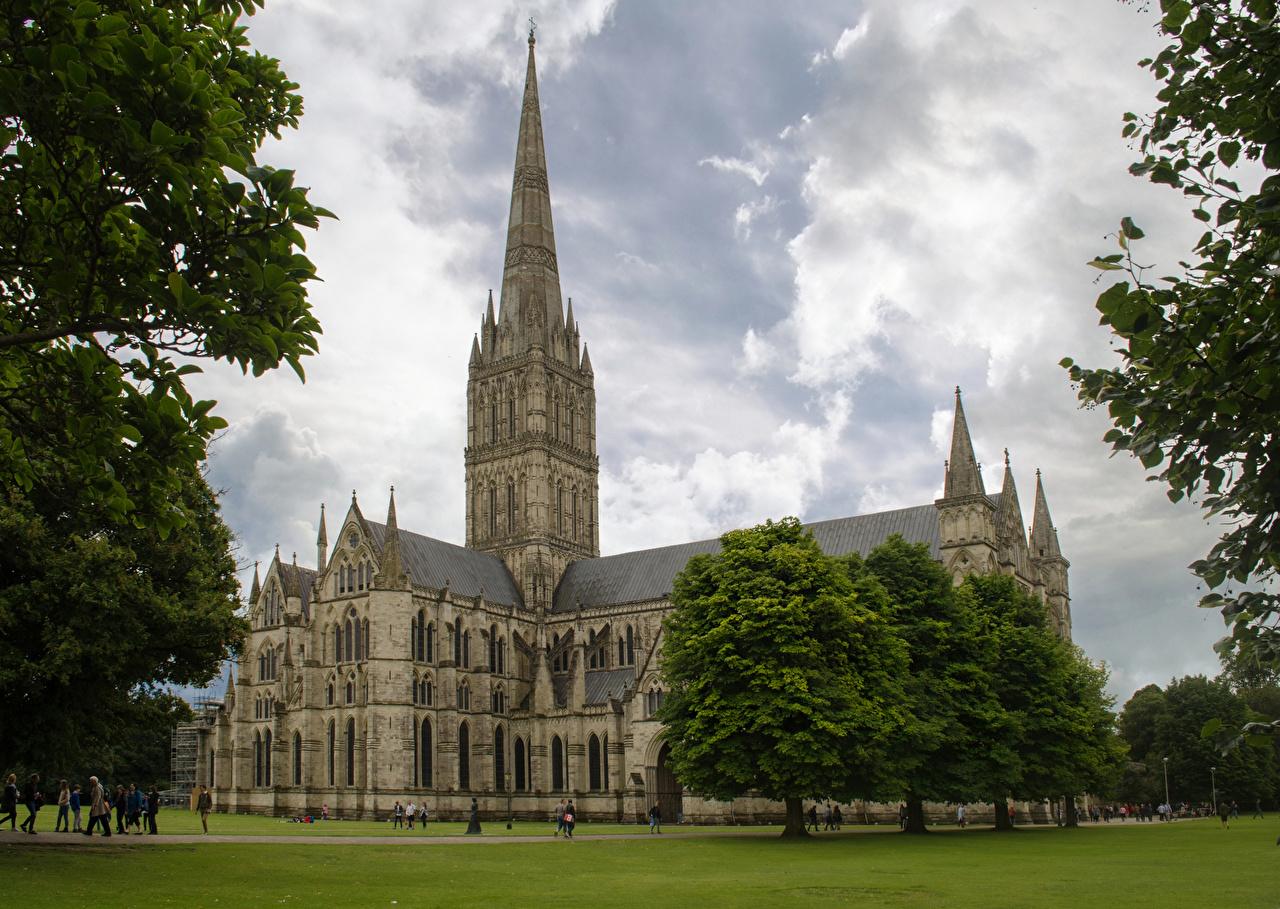 Фотография Церковь Англия Salisbury Cathedral храм газоне Города Деревья Храмы Газон город дерево дерева деревьев