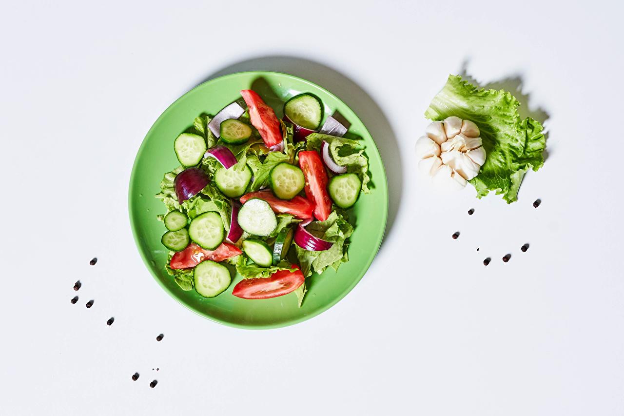 Фотография Перец чёрный Чеснок Пища Овощи Салаты тарелке белом фоне Еда Тарелка Продукты питания Белый фон белым фоном