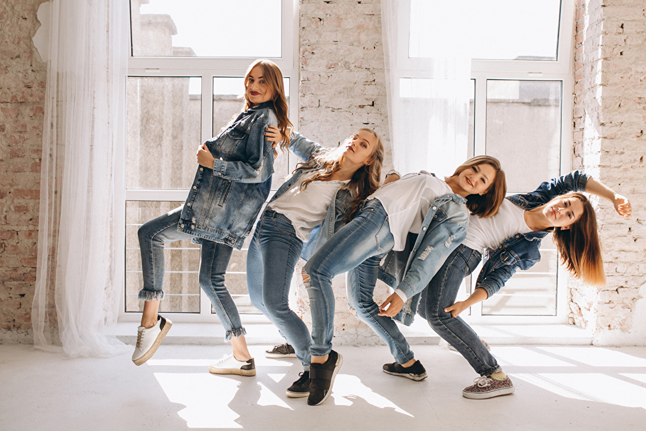Обои для рабочего стола Танцы молодая женщина джинсов Руки Взгляд танцует танцуют девушка Девушки молодые женщины Джинсы рука смотрит смотрят