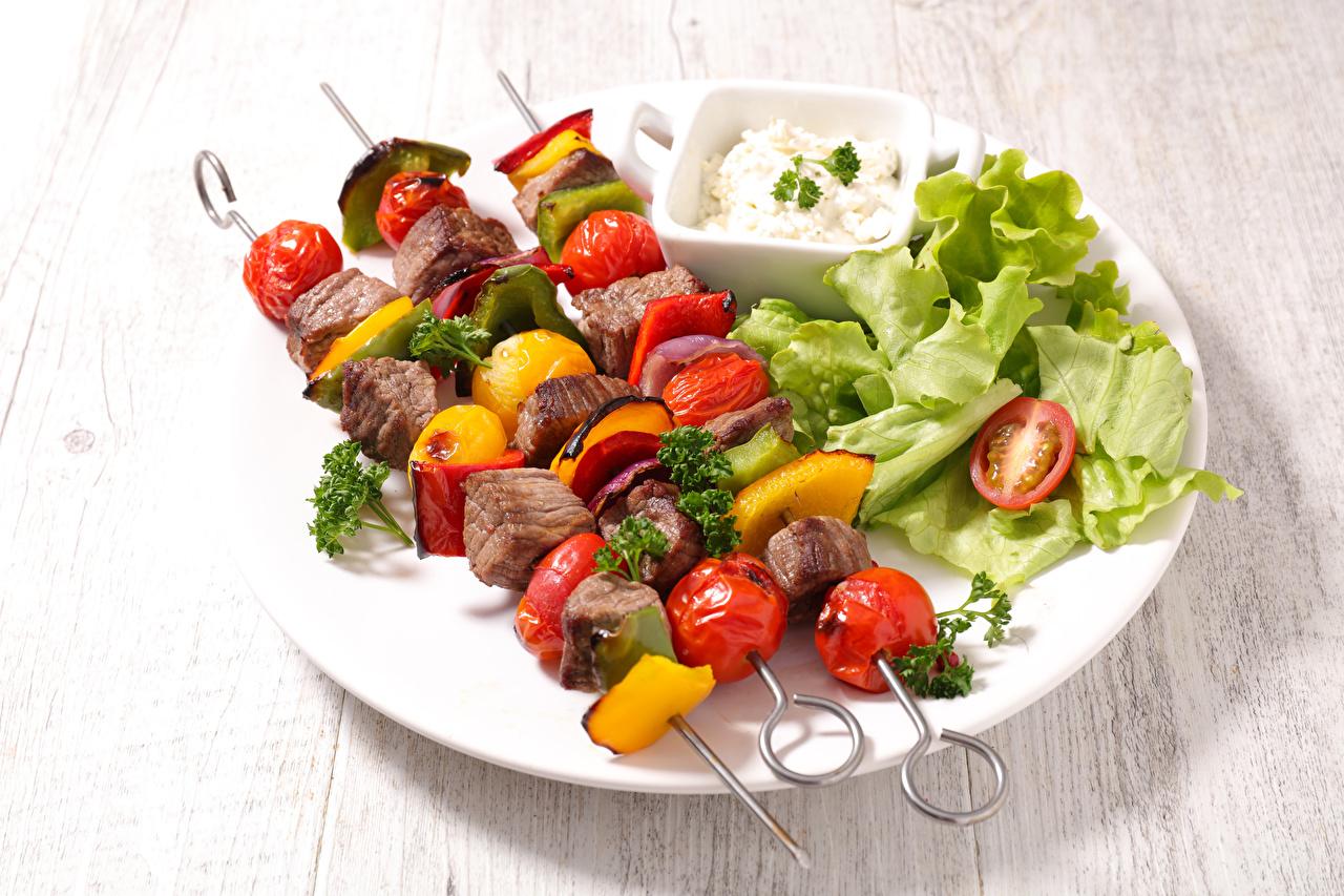 Фото Шашлык Еда Овощи тарелке Мясные продукты Пища Тарелка Продукты питания