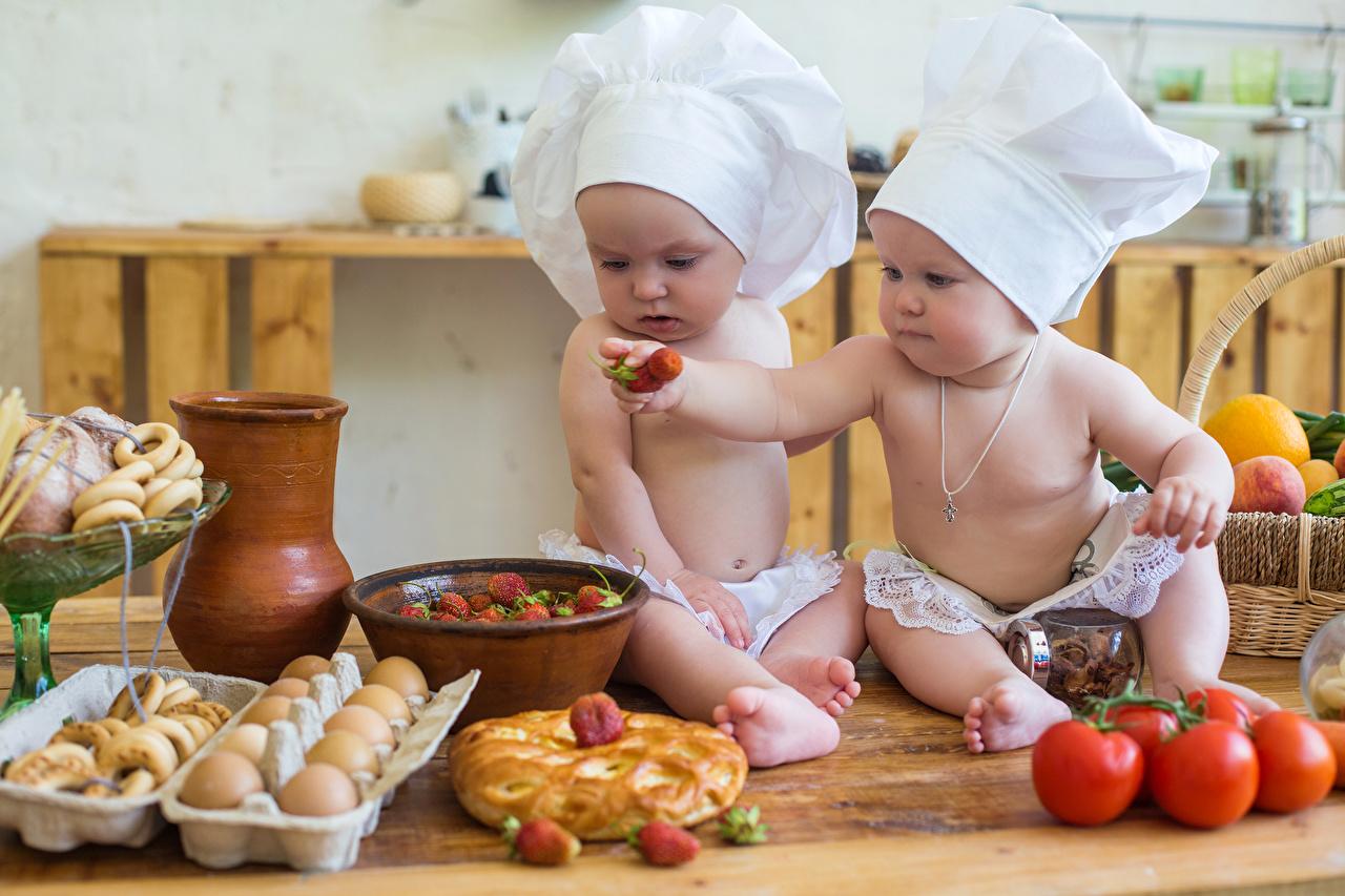 Картинки Младенцы яйцами ребёнок 2 шапка Помидоры Клубника повара младенца младенец грудной ребёнок яиц Дети Яйца яйцо две два Двое Шапки вдвоем Томаты в шапке Повар повары