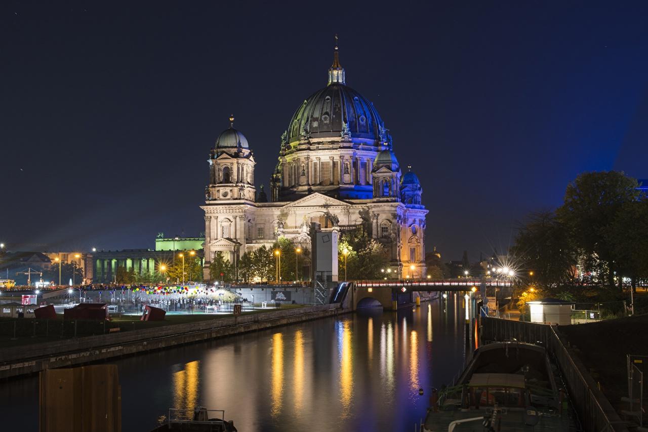 Картинки Берлин Германия Reichstag Купол Мосты Ночь Уличные фонари Города купола ночью в ночи Ночные