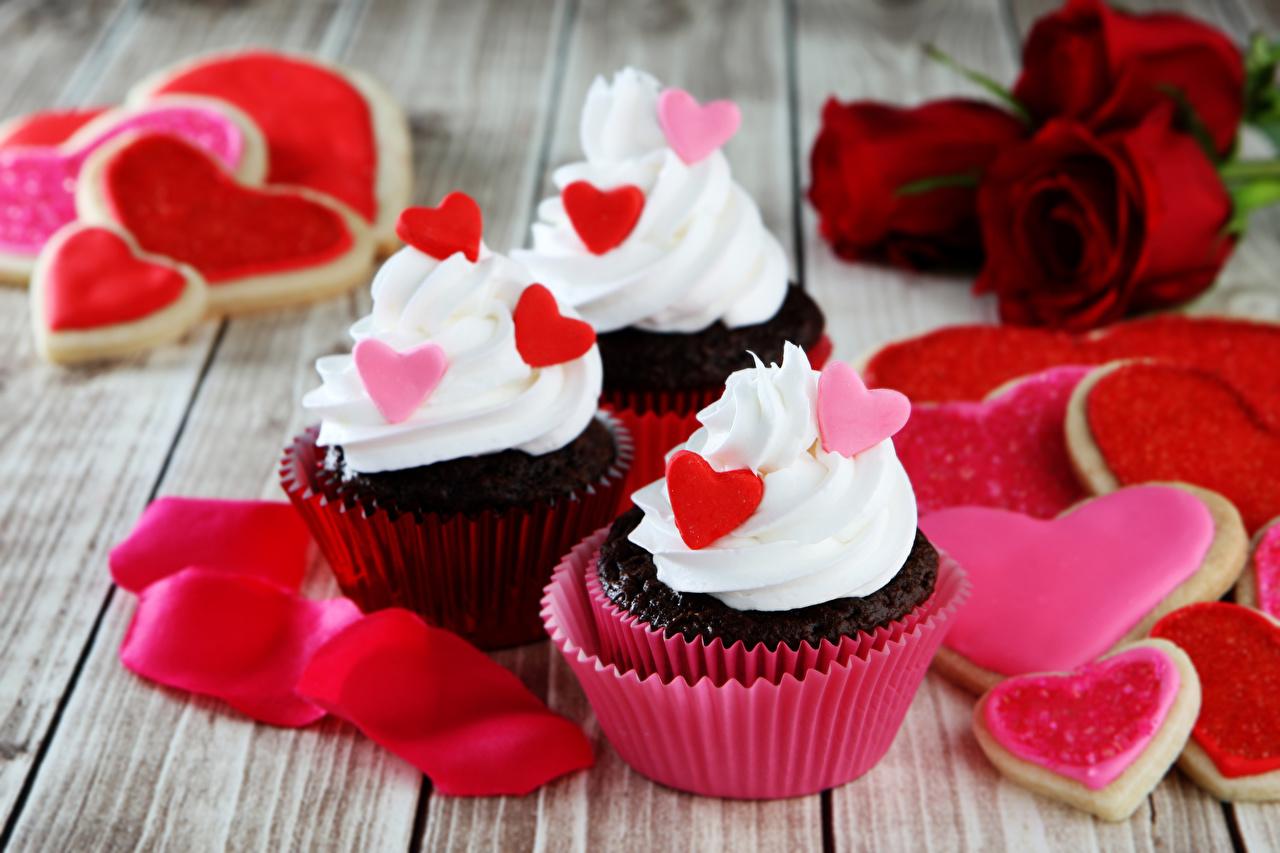 Обои для рабочего стола серце Розы Лепестки Капкейк кекс втроем Печенье Продукты питания Пирожное Сладости Праздники Доски Сердце сердца сердечко роза лепестков Еда три Пища Трое 3 сладкая еда