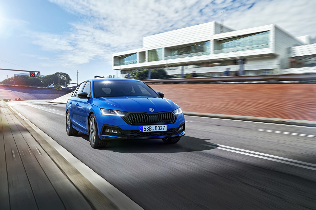 Обои для рабочего стола Skoda Octavia Combi Sportline, Worldwide, 2021 синие едет Металлик Автомобили Шкода синяя Синий синих едущий едущая скорость Движение авто машины машина автомобиль