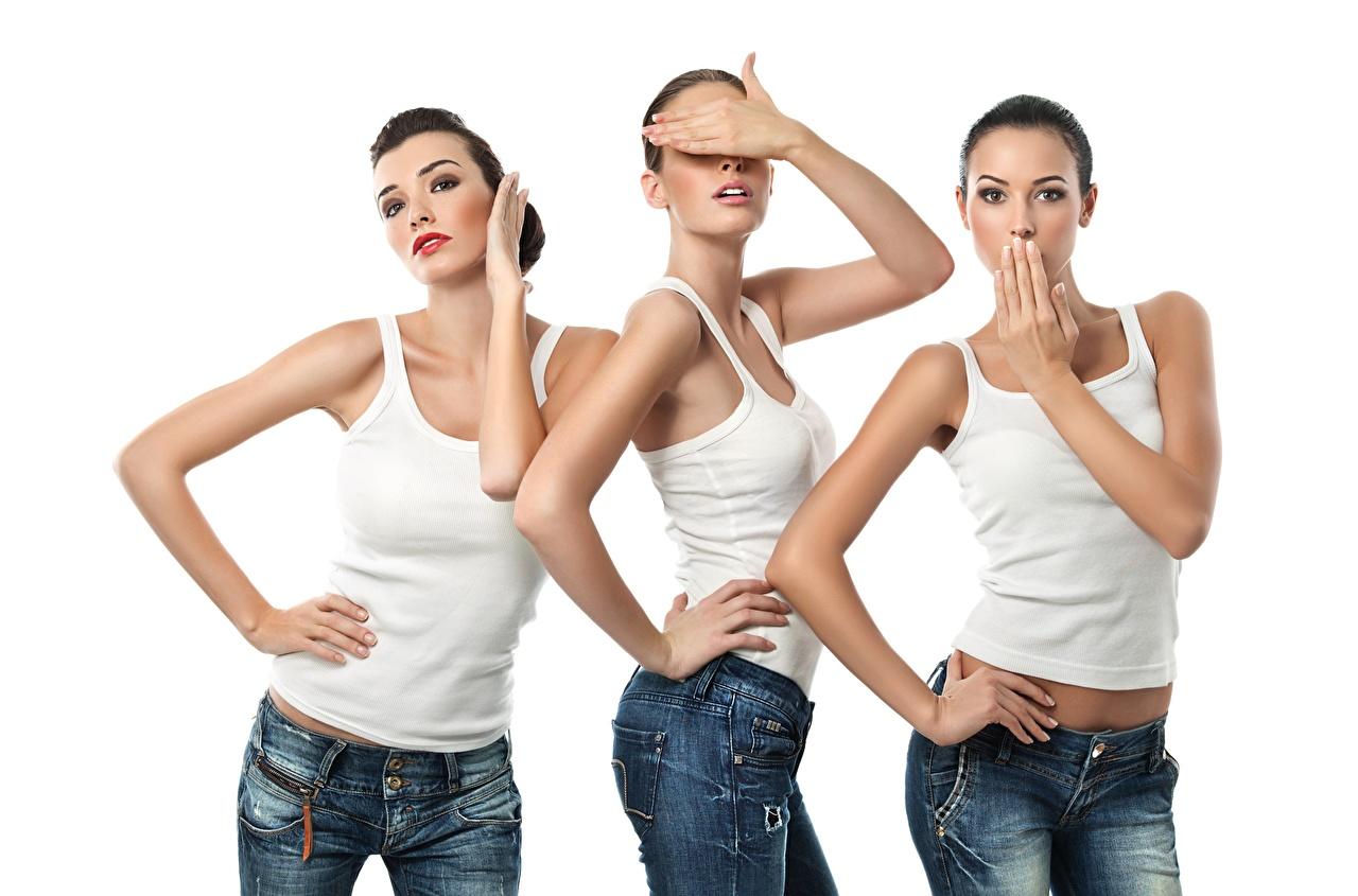 Фотографии позирует Девушки майке Джинсы три Руки смотрит Белый фон Поза девушка молодая женщина молодые женщины майки Майка джинсов рука Трое 3 втроем Взгляд смотрят белом фоне белым фоном