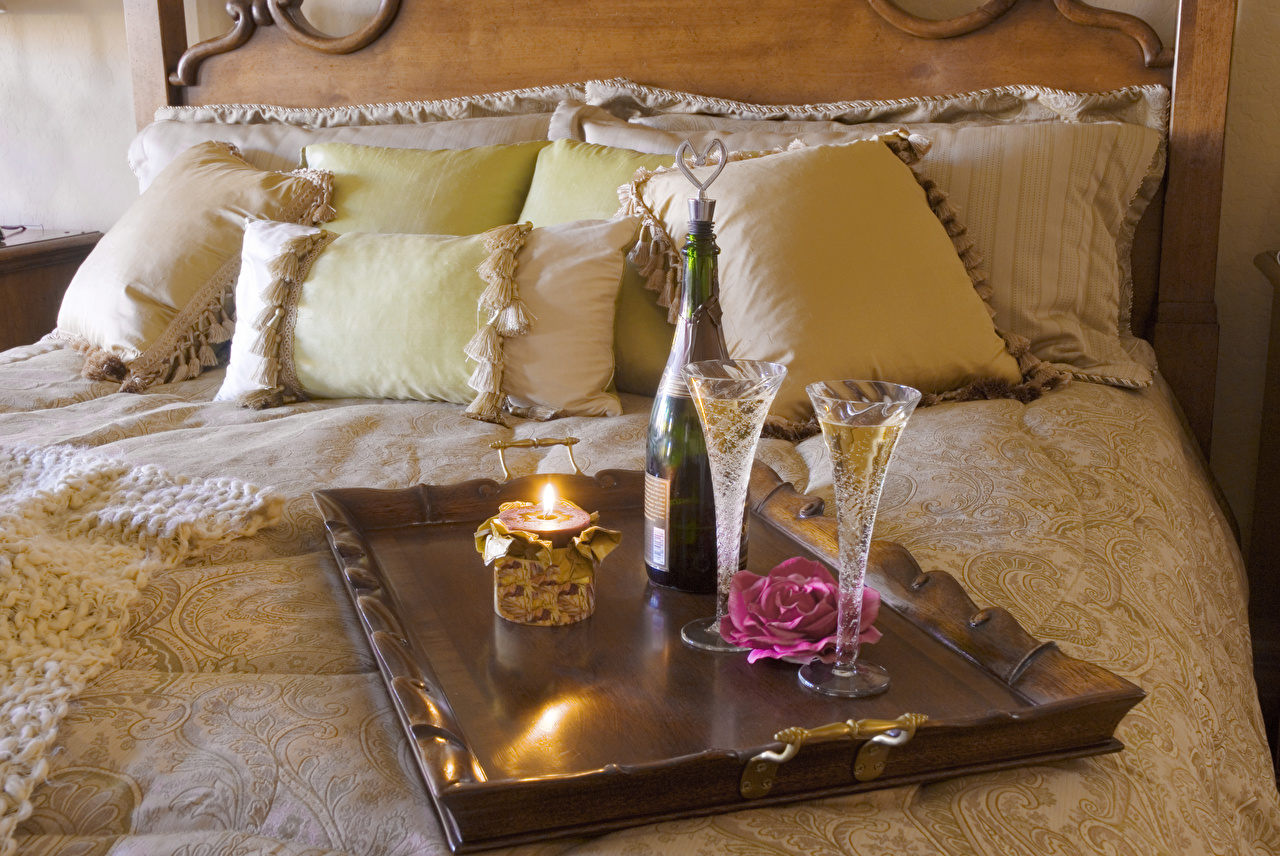 Фото Розы Игристое вино Еда бокал Свечи Кровать Подушки Шампанское Пища Бокалы кровати кровате Продукты питания подушка