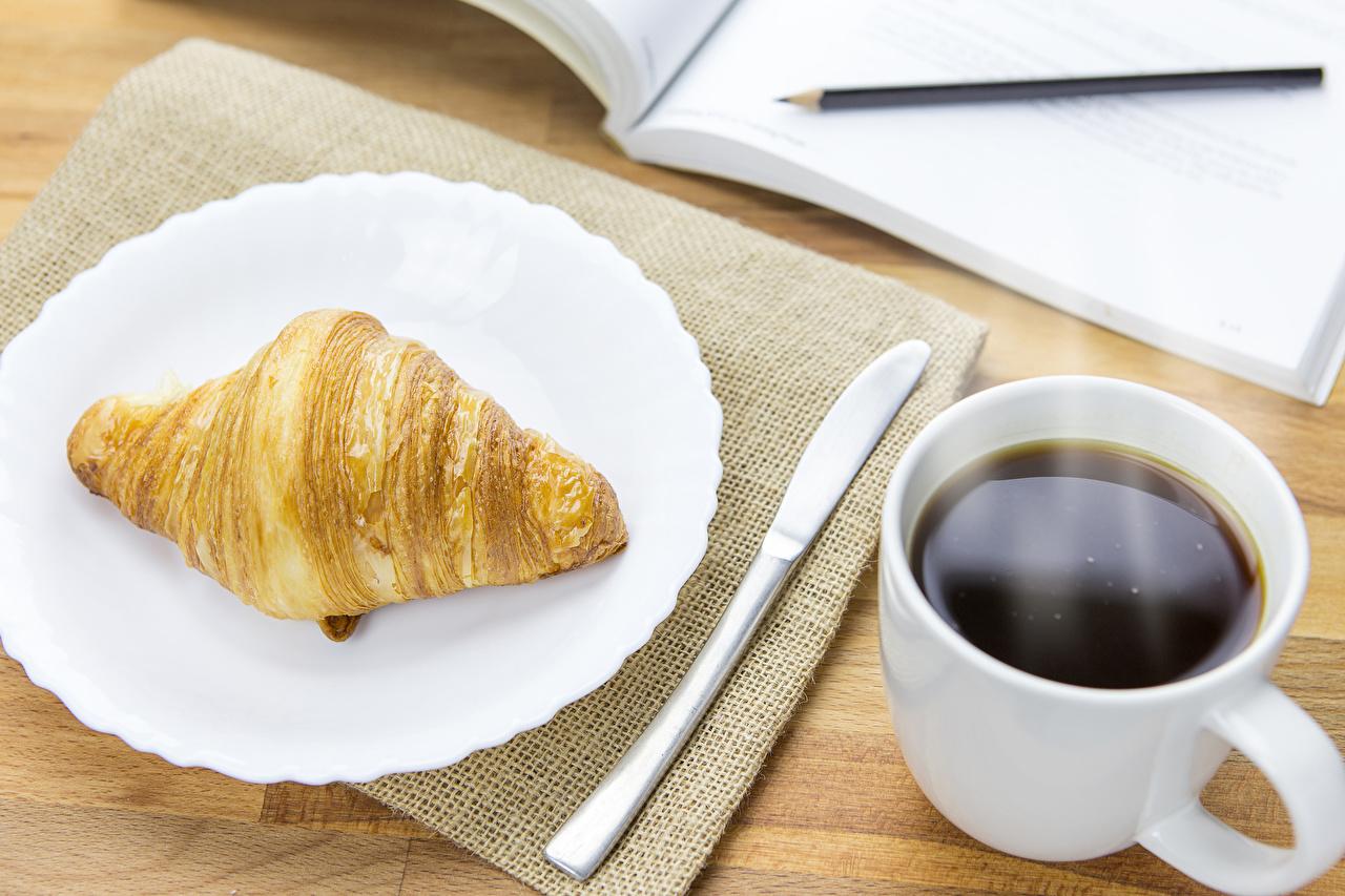 Картинка Кофе Круассан Пища чашке Тарелка Еда Чашка тарелке Продукты питания