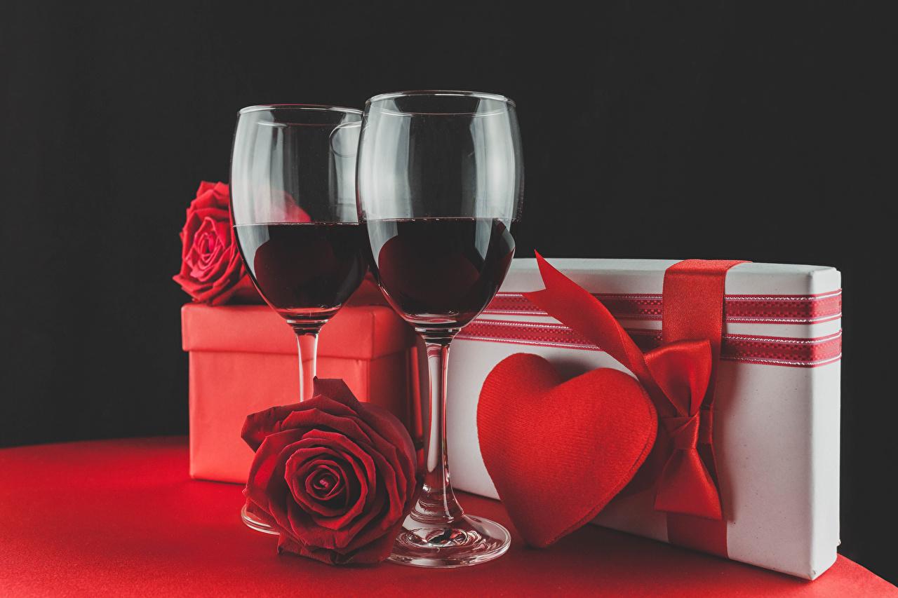 Обои Сердце Двое Розы Вино красных Подарки Еда Бокалы Праздники на черном фоне серце сердца сердечко 2 два две вдвоем Красный красная красные подарок подарков Пища бокал Продукты питания Черный фон