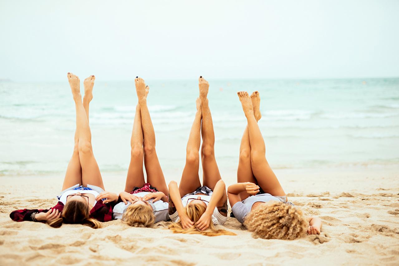 Обои для рабочего стола Блондинка Пляж Четыре 4 Девушки Ноги блондинки блондинок пляжа пляже пляжи девушка молодая женщина молодые женщины ног