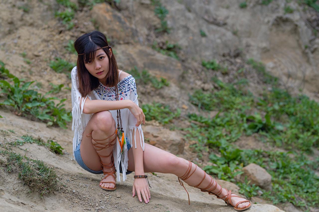 Фотография Поза молодые женщины Ноги азиатка Сидит Шорты Взгляд позирует девушка Девушки молодая женщина ног Азиаты азиатки шорт сидя шортах сидящие смотрит смотрят