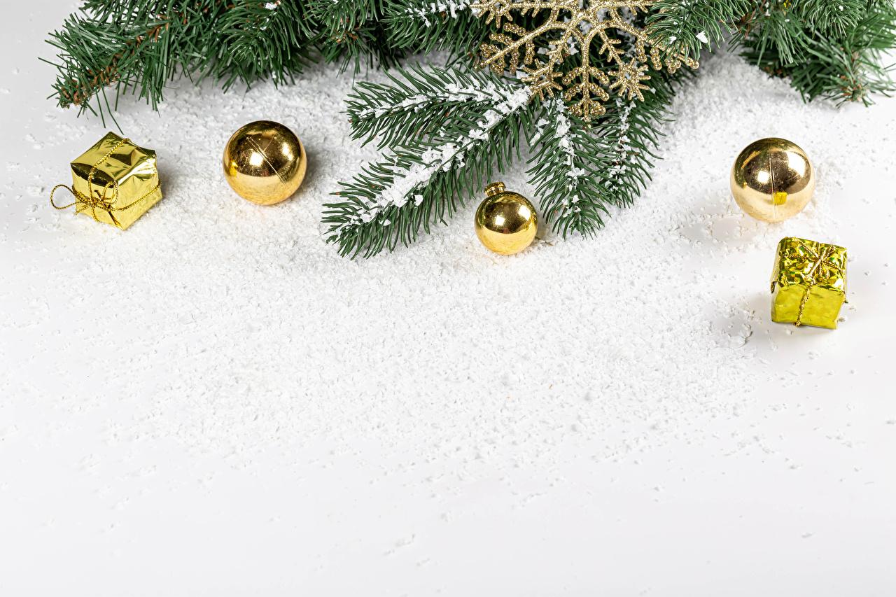 Фото Рождество снега подарок Шарики на ветке Шаблон поздравительной открытки Белый фон Новый год Снег снегу снеге Подарки подарков Шар ветвь ветка Ветки белом фоне белым фоном