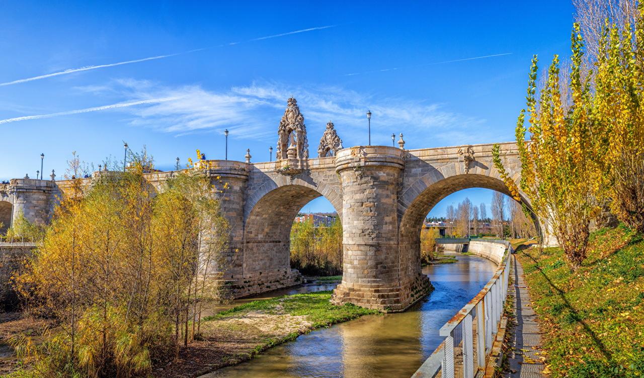 Обои для рабочего стола Мадрид Испания Мосты осенние Природа река Уличные фонари скульптура мост Осень Реки речка Скульптуры