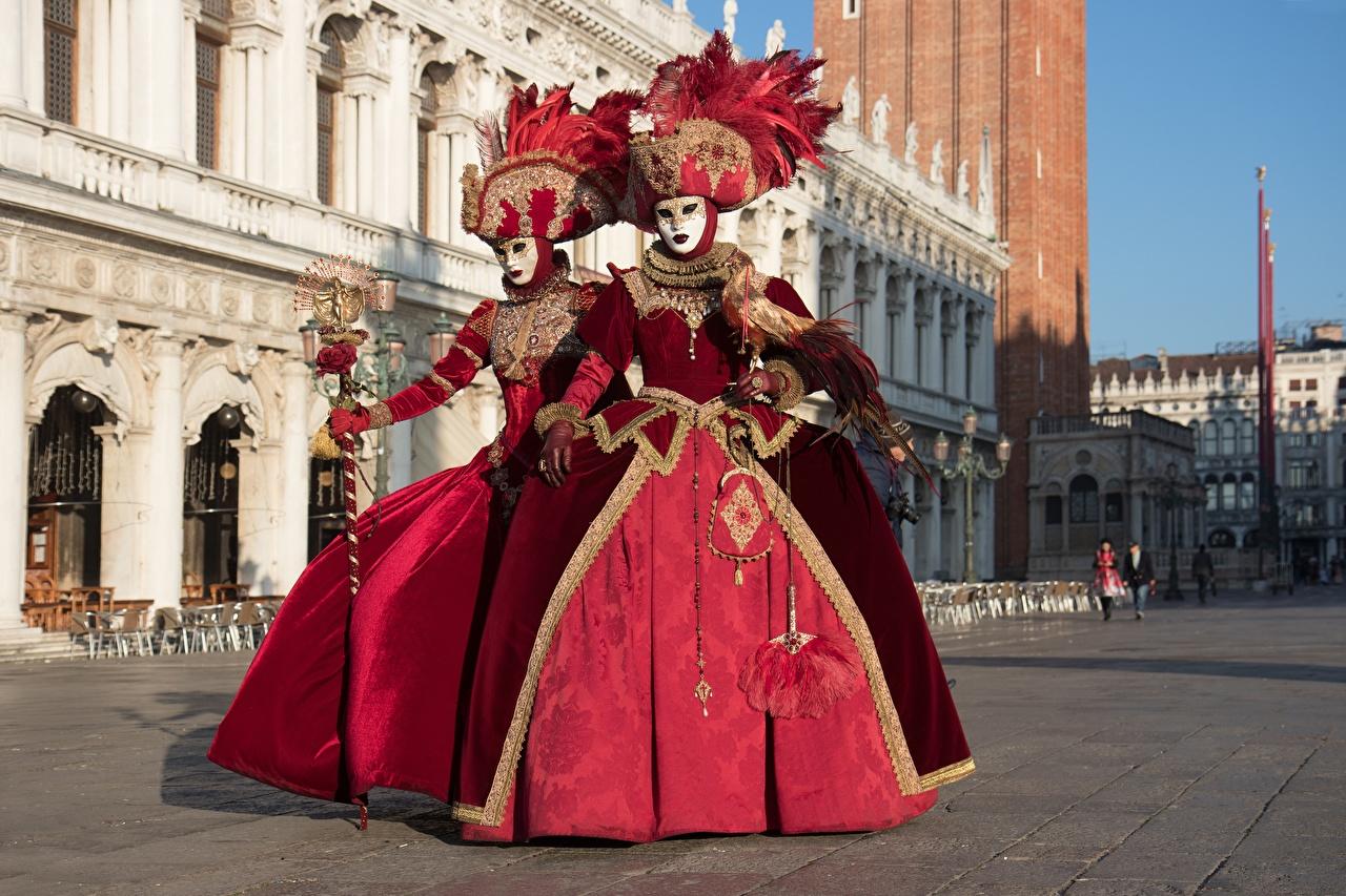 Фото Венеция Италия шляпы вдвоем Маски Униформа Карнавал и маскарад город 2 два две Двое Шляпа шляпе униформе Города