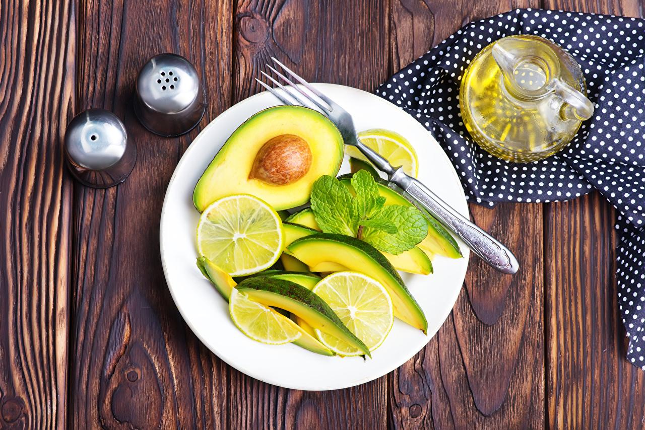 Обои Лимоны Авокадо Еда Салаты Тарелка Вилка столовая Доски Пища Продукты питания