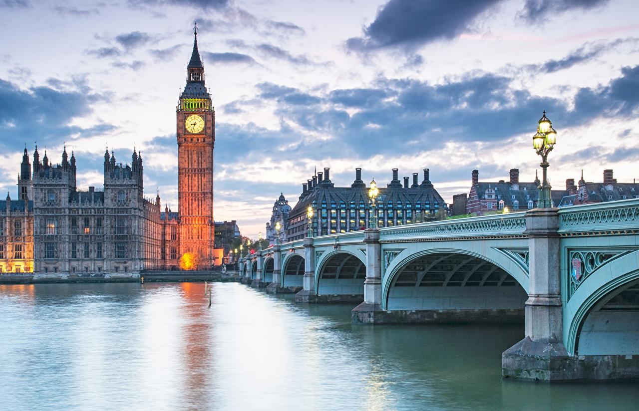 Обои для рабочего стола Лондон Биг-Бен Англия Мосты речка Вечер Уличные фонари Дома город лондоне река Реки Города Здания