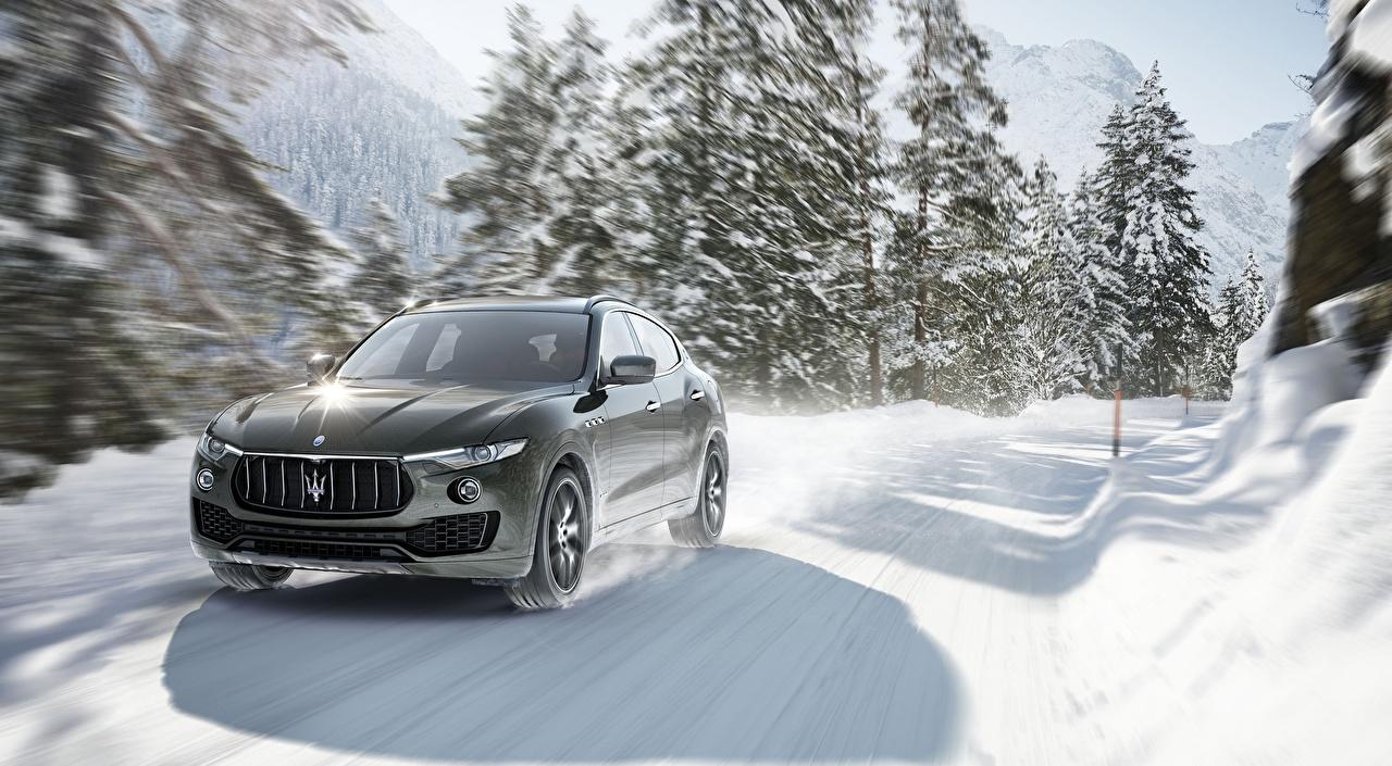 Фотография Мазерати боке Зима едет снегу Дороги автомобиль Maserati Размытый фон зимние Снег снега снеге едущий едущая скорость Движение авто машины машина Автомобили