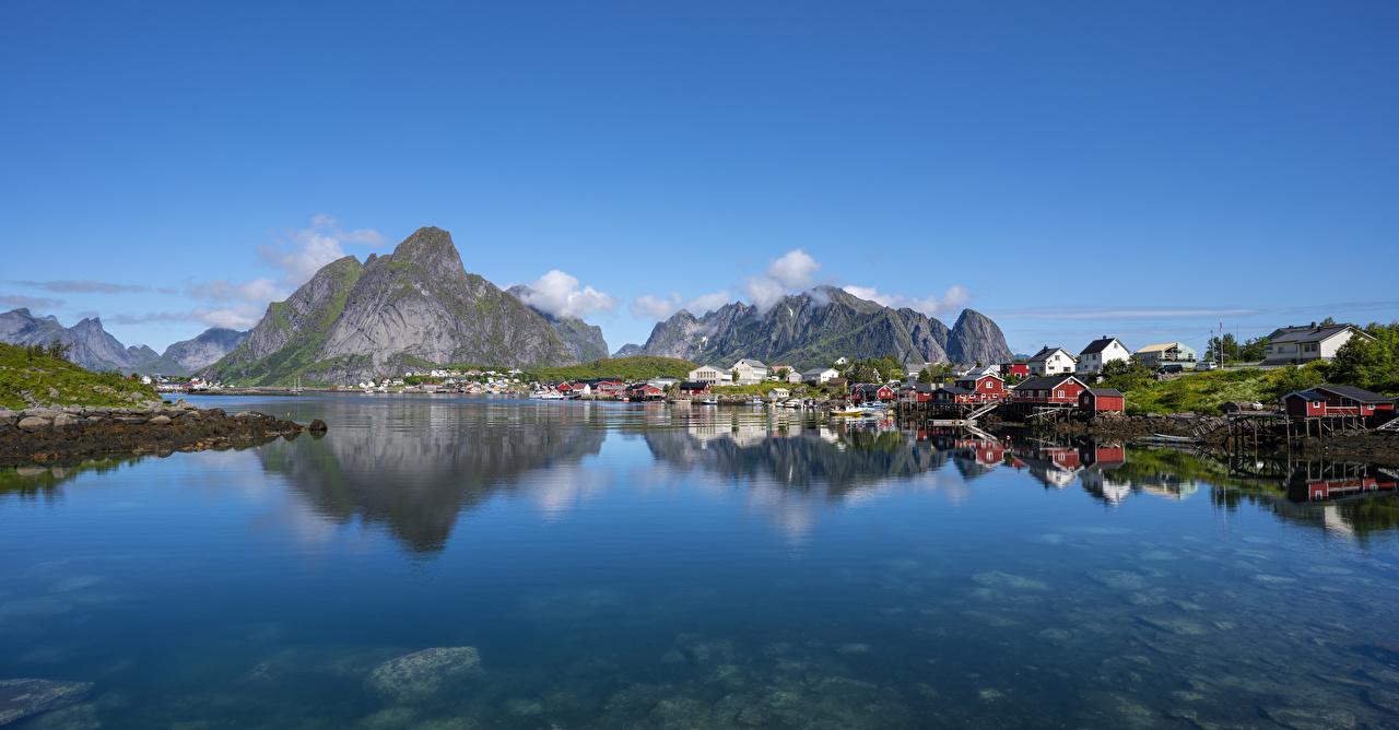 Обои для рабочего стола Лофотенские острова Норвегия Reine гора Природа Отражение Залив Здания Горы отражении отражается залива заливы Дома